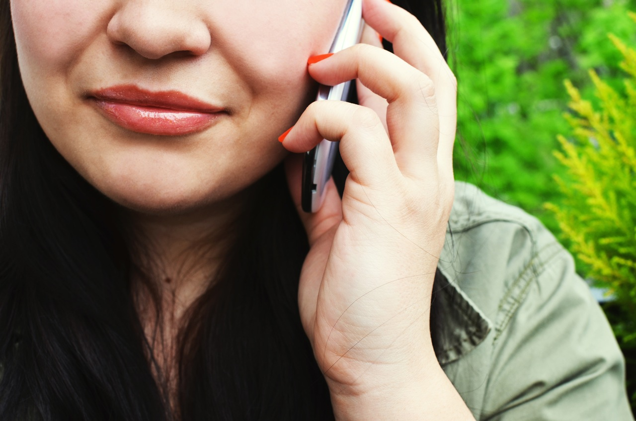 person-woman-smartphone-calling (1)
