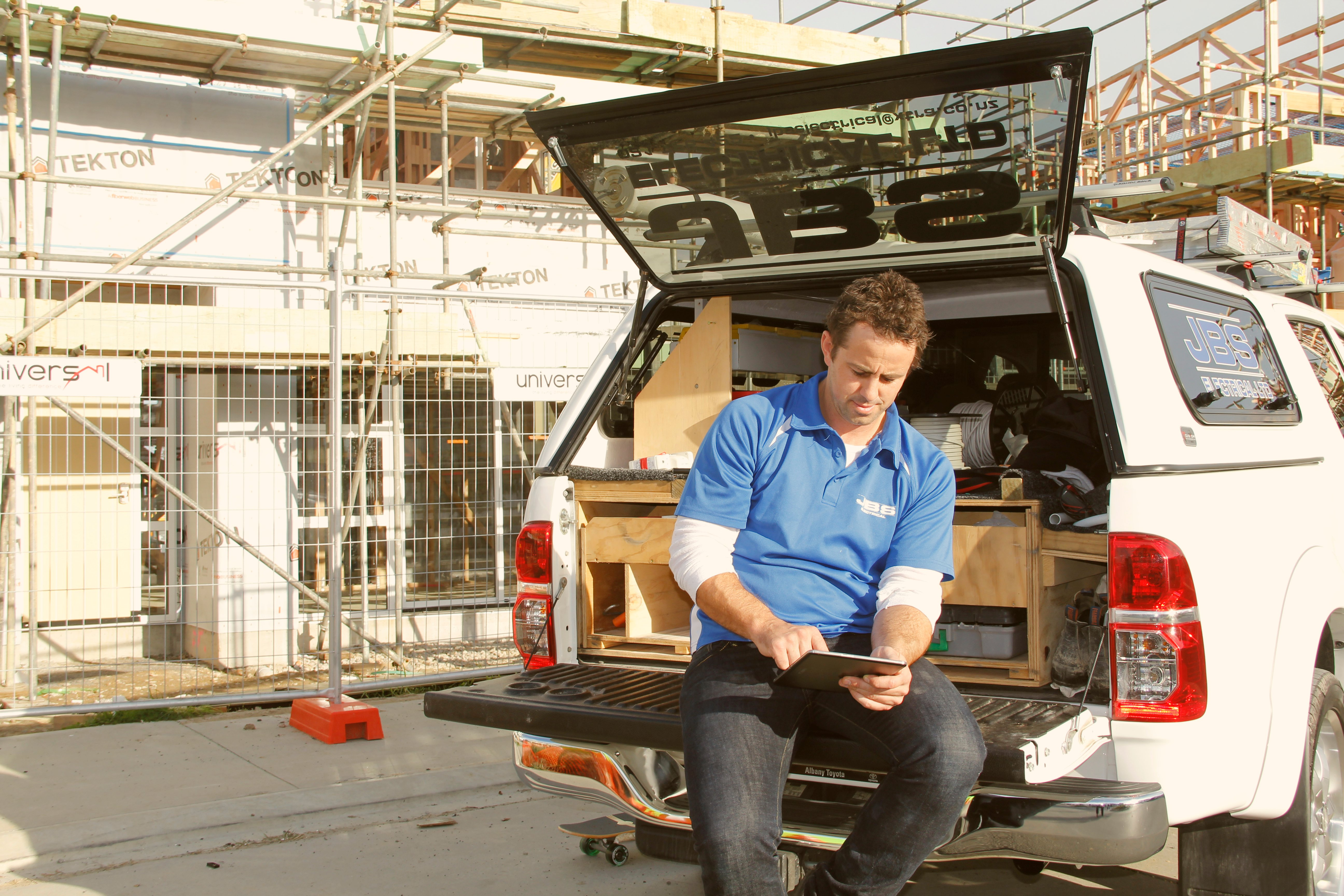 tradie_with_tablet_3